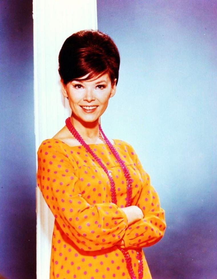 """Yvonne Joyce CRAIG née le 16 Mai 1937 est une actrice et danseuse de ballet connue pour son rôle de """"Batgirl"""" dans la série télévisée """"Batman"""" dans les années 60."""