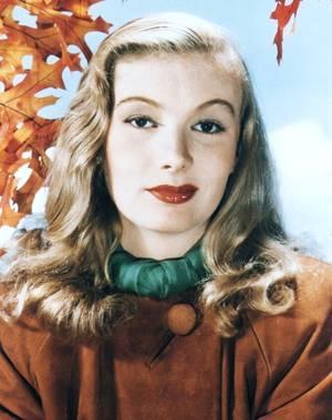 Veronica LAKE, née Constance Frances Marie OCKELMAN le 14 novembre 1919 à New York, et décédée le 7 juillet 1973 à Montréal, Québec, Canada, est une actrice américaine. Elle a essentiellement joué dans les années 1940. Son style, en particulier sa coiffure très caractéristique ne dévoilant qu'un seul ½il, en fit un mythe du cinéma.