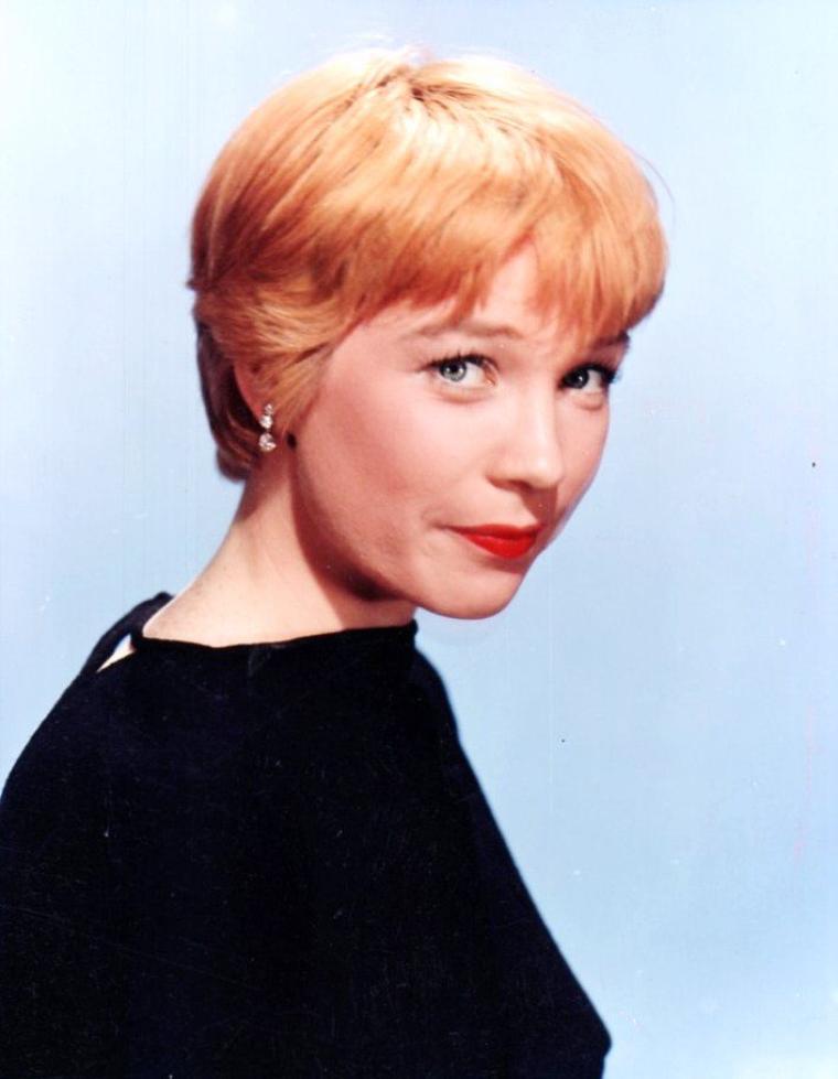 Shirley MacLAINE, de son vrai nom Shirley MacLEAN BEATTY, née le 24 avril 1934 à Richmond (Virginie), est une actrice, une danseuse et écrivaine américaine. Elle est la soeur de l'acteur Warren BEATTY.