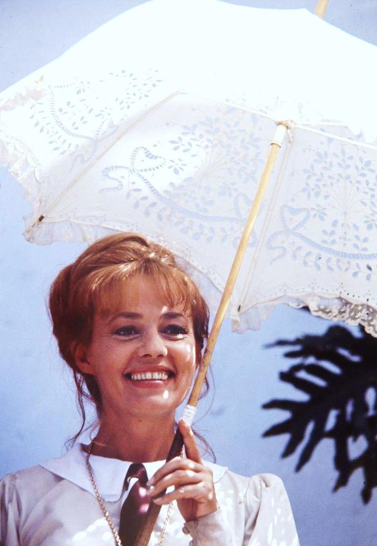 """Jeanne MOREAU est une actrice, chanteuse et réalisatrice française, née le 23 janvier 1928 à Paris en France. Sa filmographie exigeante compte de grands noms du cinéma européen, parmi lesquels Luis BUNUEL, Theo ANGELOPOULOS, Wim WENDERS, Rainer Werner FASSBINDER, Michelangelo ANTONIONI, Joseph LOSEY ou encore François TRUFFAUT. Elle est la première femme élue à l'Académie des beaux-arts de l'Institut de France (en 2000 au fauteuil créé en 1998 dans la section """"Création artistique pour le cinéma et l'audiovisuel"""")."""