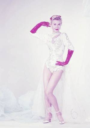 Vera ELLEN est une actrice américaine née le 16 février 1921 à Norwood, Ohio (États-Unis), décédée le 30 août 1981 à Los Angeles (Californie).