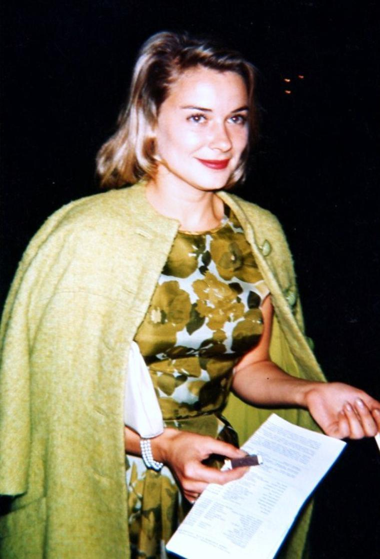 Hope LANGE est une actrice américaine née le 28 novembre 1933 à Redding Ridge, Connecticut (États-Unis), décédée le 19 décembre 2003 à Santa Monica (Californie).