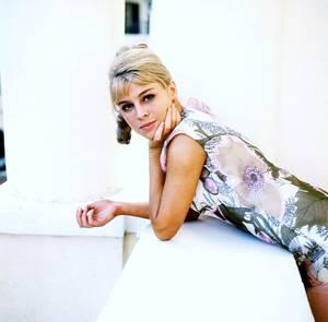 """Julie CHRISTIE, Julie Frances CHRISTIE est née le 14 avril 1941 à Chukua (Assam) en Inde, est une actrice britannique. Elle obtint l'Oscar de la meilleure actrice pour son rôle dans """"Darling"""". Elle devint mondialement célèbre pour le rôle de Lara ANTIPOVA dans le film """"Docteur Jivago"""" tiré du livre du Soviétique Boris PASTERNAK (Prix Nobel de littérature)."""