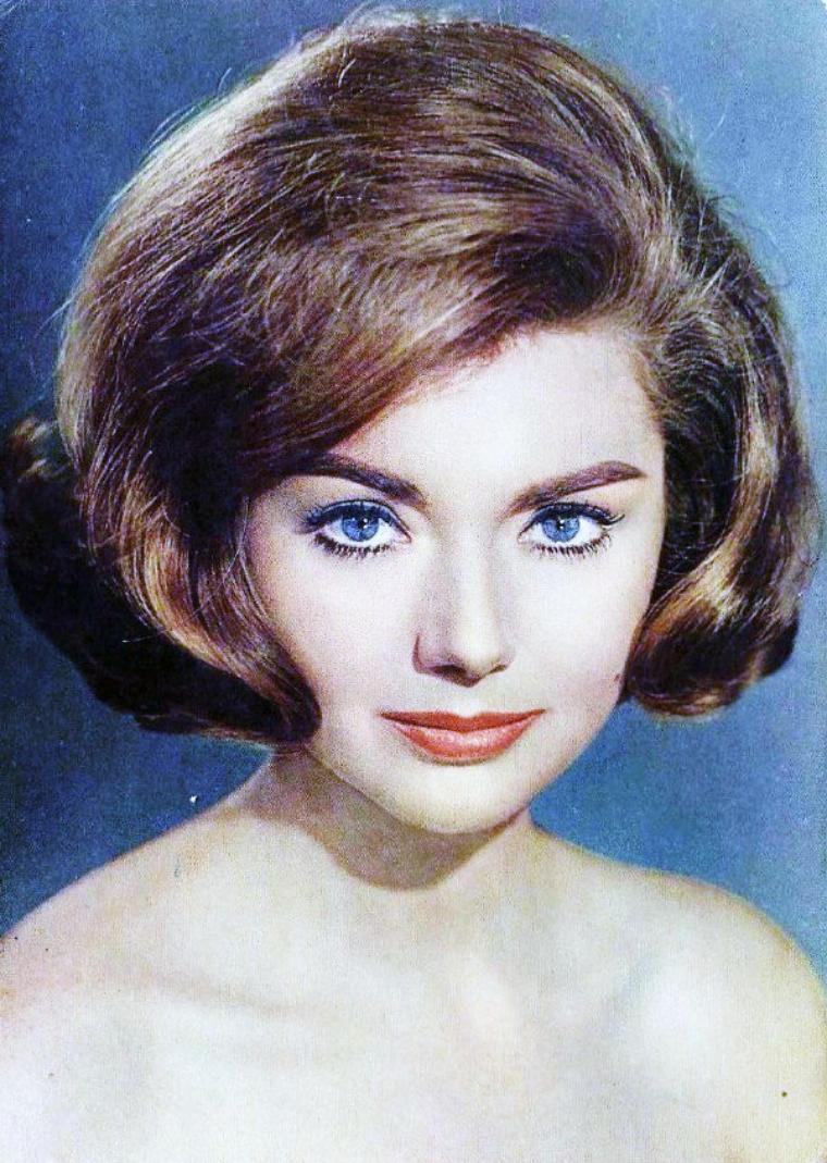 Sylva KOSCINA, née le 22 août 1933 à Zagreb en Yougoslavie (aujourd'hui Croatie), décédée le 26 décembre 1994 à Rome, est une actrice italienne ayant joué dans près de 80 films.
