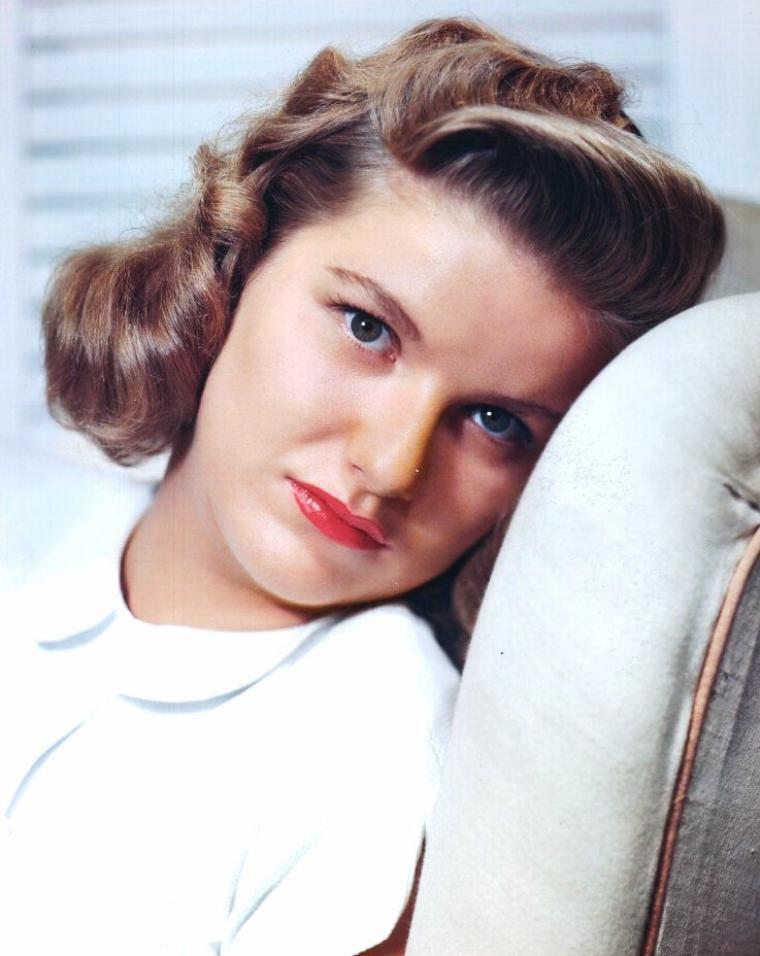 """Barbara Bel GEDDES est une actrice américaine, née le 31 octobre 1922 à New York (New York), et décédée le 8 août 2005 à Northeast Harbor (Maine) d'un cancer du poumon. Elle est surtout connue pour son rôle de Miss Ellie dans le feuilleton télévisé """"Dallas""""."""