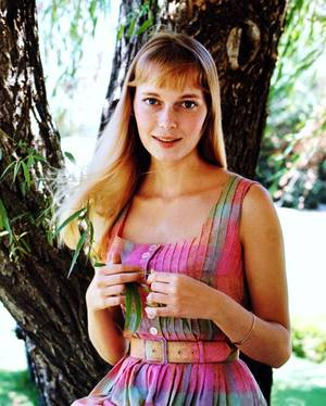 """Mia FARROW, née Maria De LOURDES VILLIERS FARROW le 9 février 1945 à Los Angeles (Californie), est une actrice et chanteuse américaine, qui fut également mannequin. Elle a été l'interprète de plus de quarante films, et a reçu plusieurs récompenses, dont un Golden Globe. Elle est également connue pour ses engagements humanitaires, notamment en tant qu'ambassadeur de l'Unicef. Elle s'est récemment impliquée sur la question du Darfour. En 2008, elle est citée par le magazine américain """"Time"""" comme étant l'une des personnes les plus influentes de la planète."""
