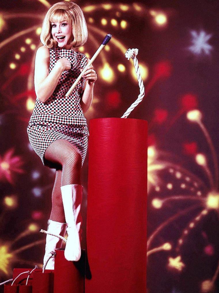 """Barbara EDEN (née Barbara Jean MOORHEAD à Tucson en Arizona le 23 août 1934) est une actrice américaine. Elle est principalement reconnue pour avoir tenu le rôle principal de Jeannie dans la série télévisée américaine """"Jeannie de mes rêves"""" au cours des années 1960."""