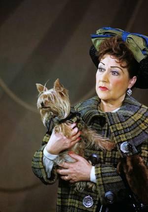 Ethel MERMAN (16 janvier 1908 à New York - 15 février 1984 à New York), est une chanteuse et actrice américaine de Broadway et de films musicaux qui est reconnue pour sa voix exquise et portante, son style de chant théâtral, ses manières extravagantes et ses rôles qui pour la plupart du temps sont des femmes explosant d'assurance et possédant un c½ur d'or.