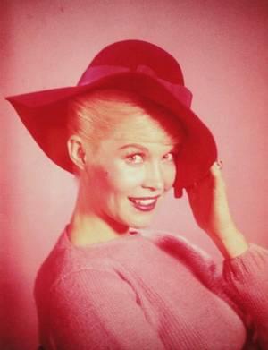 """Dorothy PROVINE, née le 20 janvier 1935 à Deadwood et morte le 25 avril 2010 à Bremerton, est une chanteuse, danseuse et actrice américaine. Elle débute au théâtre pendant ses études à l'Université de Washington. PROVINE y est remarquée par des producteurs de cinéma et incarne Bonnie PARKER en 1958 dans le film """"The Bonnie Parker Story"""". Par la suite, elle joue dans plusieurs séries et films comme second rôle."""