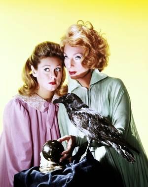 """Agnes MOOREHEAD, de son nom complet Agnes ROBERTSON MOOREHEAD, est une actrice américaine, née le 6 décembre 1900 à Clinton, Massachusetts, et décédée le 30 avril 1974 à Rochester, Minnesota. Actrice confirmée aussi bien à la scène qu'à l'écran, elle est pourtant surtout connue du grand public pour son interprétation d'Endora, la mère acariâtre de Samantha STEVENS (Elizabeth MONTGOMERY)  dans la série """"Ma sorcière bien-aimée"""" (""""Bewitched""""). Elle était surnommée « The Lavender Lady » à cause de son goût pour la couleur violette."""