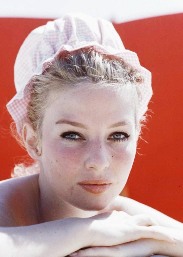 Annette STROYBERG (Annette VADIM par mariage avec le réalisateur Roger VADIM) est une actrice danoise de cinéma (7 décembre 1936 - 12 décembre 2005).