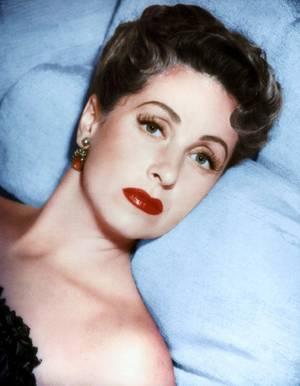 Danielle DARRIEUX, née le 1er mai 1917 à Bordeaux, est une actrice française. En huit décennies de carrière, Danielle DARRIEUX a traversé l'histoire du cinéma parlant et a une carrière parmi les plus longues du cinéma. Elle est aujourd'hui l'une des dernières actrices mythiques du cinéma mondial.