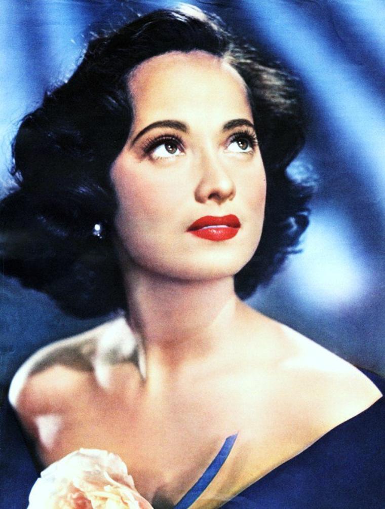"""Merle OBERON (née Estelle Merle O'BRIEN THOMPSON le 19 février 1911 à Bombay et décédée le 23 novembre 1979 à Los Angeles) était une actrice britannique d'origine galloise et indienne. Elle fut nommée en 1935 pour l'oscar de la meilleure actrice pour son rôle dans """"L'Ange des ténèbres"""" de Sidney FRANKLIN."""