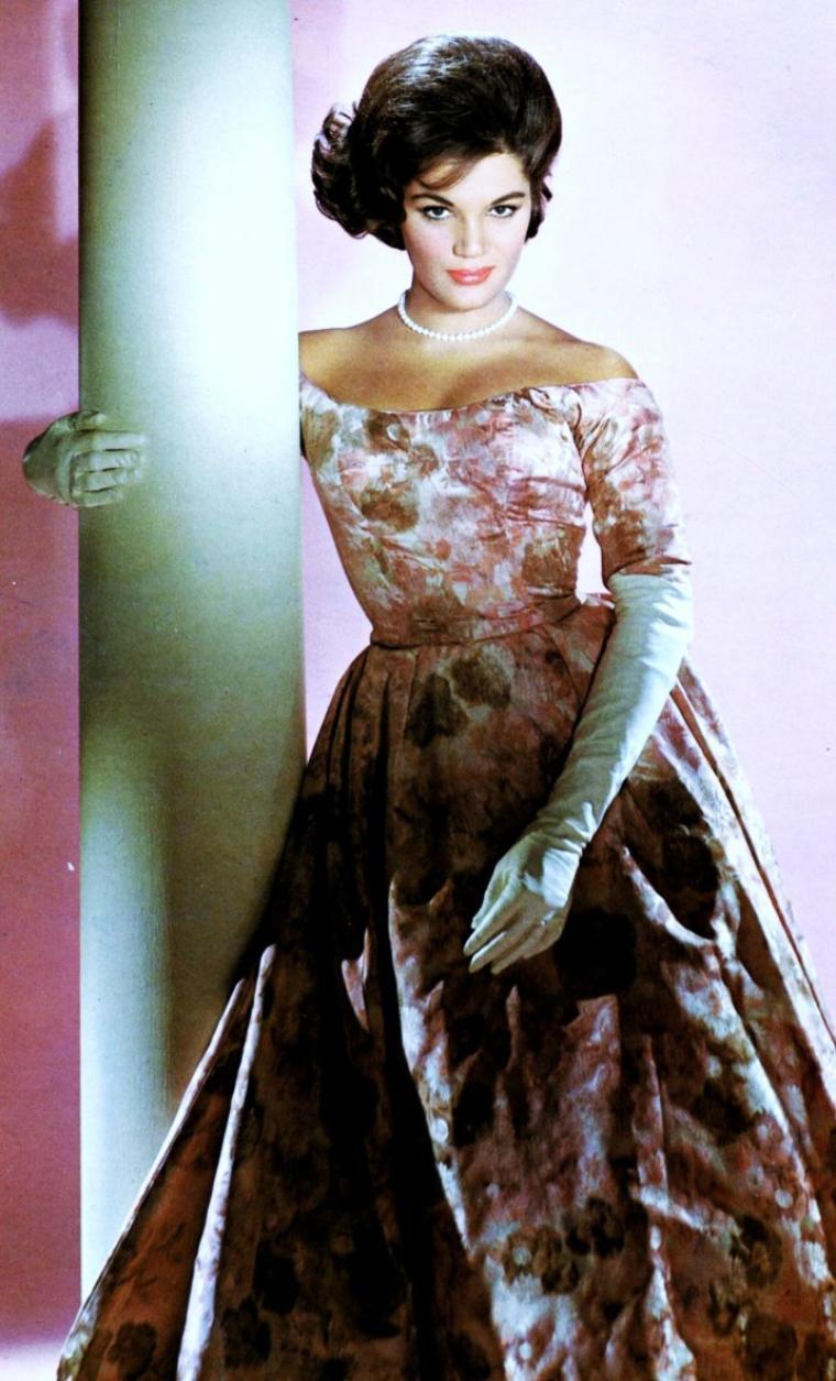 Connie FRANCIS (12 décembre 1938 à Newark) est une chanteuse et actrice italo-américaine de la fin des années cinquantes et début des soixantes, connue pour ses nombreux disques d'or et classements internationaux.