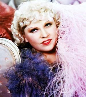 Mary Jane WEST dite Mäe WEST (17 août 1893 - 22 novembre 1980) était une actrice américaine sex-symbol des années 1920 à 1940. Se produisant aussi dans des revues musicales, elle contribua au succès de la danse shimmy.