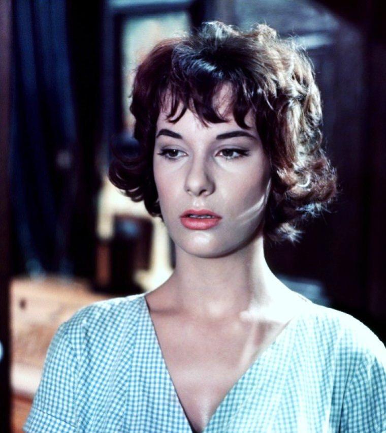 Bernadette LAFONT, née le 26 octobre 1938 à Nîmes et décédée le 25 Juillet 2013 dans la même ville, est une actrice française.
