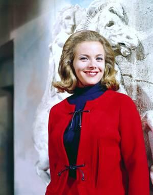 Honor BLACKMAN est une actrice anglaise, née le 22 août 1925 à Plaistow, Newham près de Londres. Elle possède un diplôme honorifique de l'Université de Londres-Est.