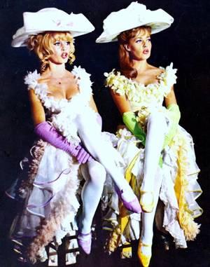 """DUO de charme avec Brigitte BARDOT et Jeanne MOREAU dans le film """"Viva Maria ! """" de Louis MALLE en 1965."""
