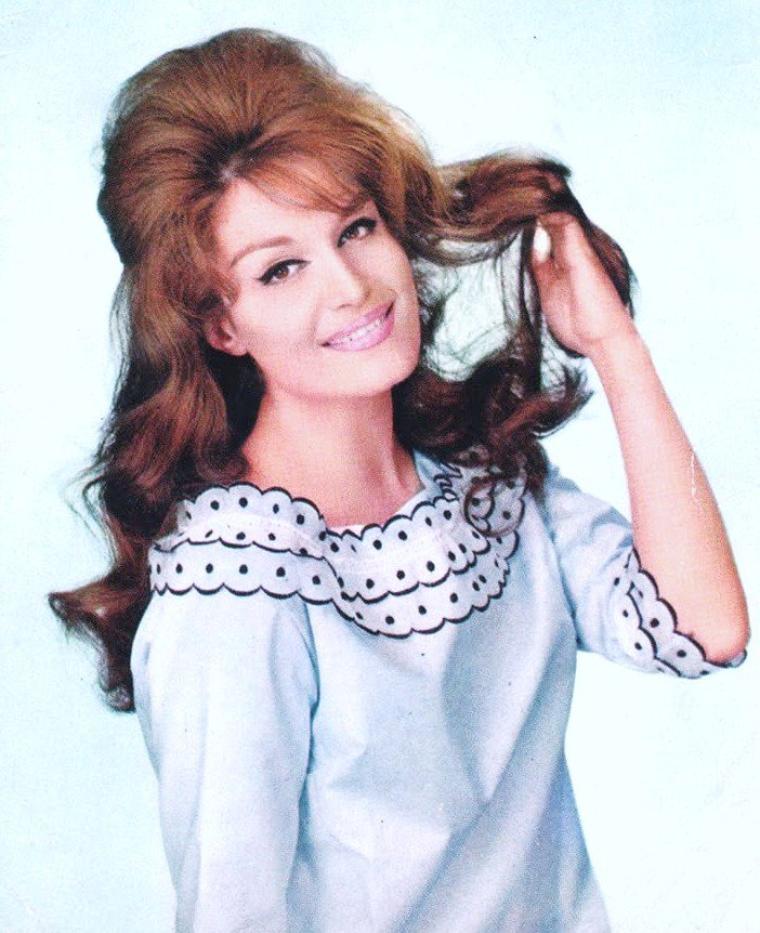 Dalida, de son vrai nom italien Iolanda Cristina GIGLIOTTI, postérieurement francisé en « Yolanda », née le 17 janvier 1933 au Caire et morte le 3 mai 1987 à Paris, est une chanteuse et actrice. Issue d'une famille d'origine italienne, elle a surtout chanté et joué en français mais aussi en italien, en arabe égyptien, en anglais, en espagnol et en allemand.
