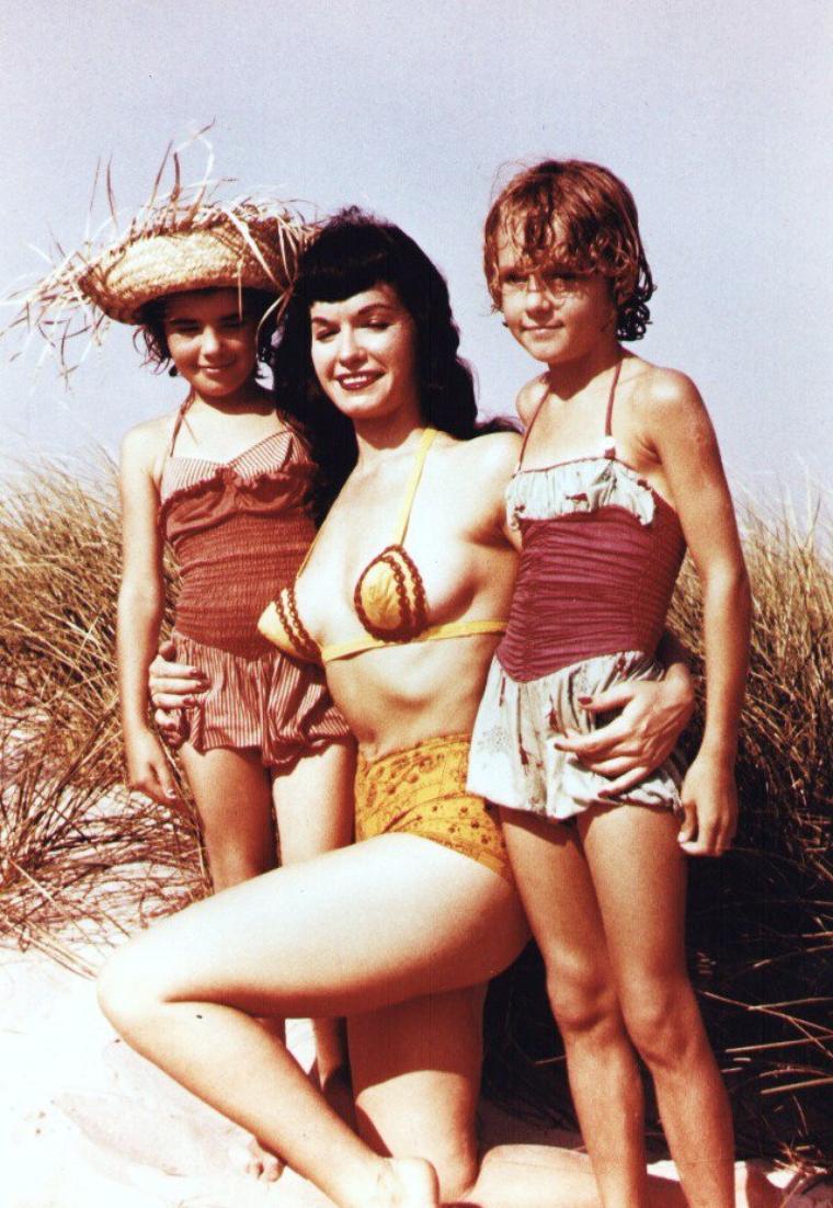 """Bettie Mäe PAGE est un mannequin américain, célèbre dans les années 1950 pour ses photos de pin-up mais également pour nombre de clichés fétichistes, née le 22 avril 1923 à Nashville dans le Tennessee et morte le 11 décembre 2008 à Los Angeles. Elle fut, en janvier 1955, l'une des premières Playmate du mois du magazine """"Playboy"""". Tombée dans l'oubli dans les années 1960, elle s'était tournée vers la religion. Dans les années 1980, ses photos (devenues """"vintages"""") connurent un regain de popularité. Devenue une icône de la sous-culture, son look a influencé de nombreux artistes."""