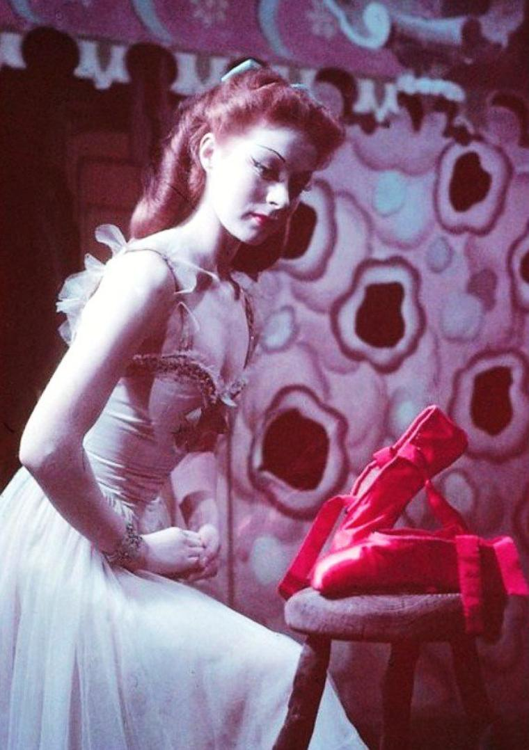 """Moira SHEARER est une danseuse et actrice écossaise, née le 17 janvier 1926 à Dunfermline (Royaume-Uni), décédée le 31 janvier 2006 à Oxford (Royaume-Uni). PHOTOS du film """"Les Chaussons rouges"""" (The Red Shoes) est un film britannique réalisé par Michael POWELL et Emeric PRESSBURGER, sorti en 1948."""