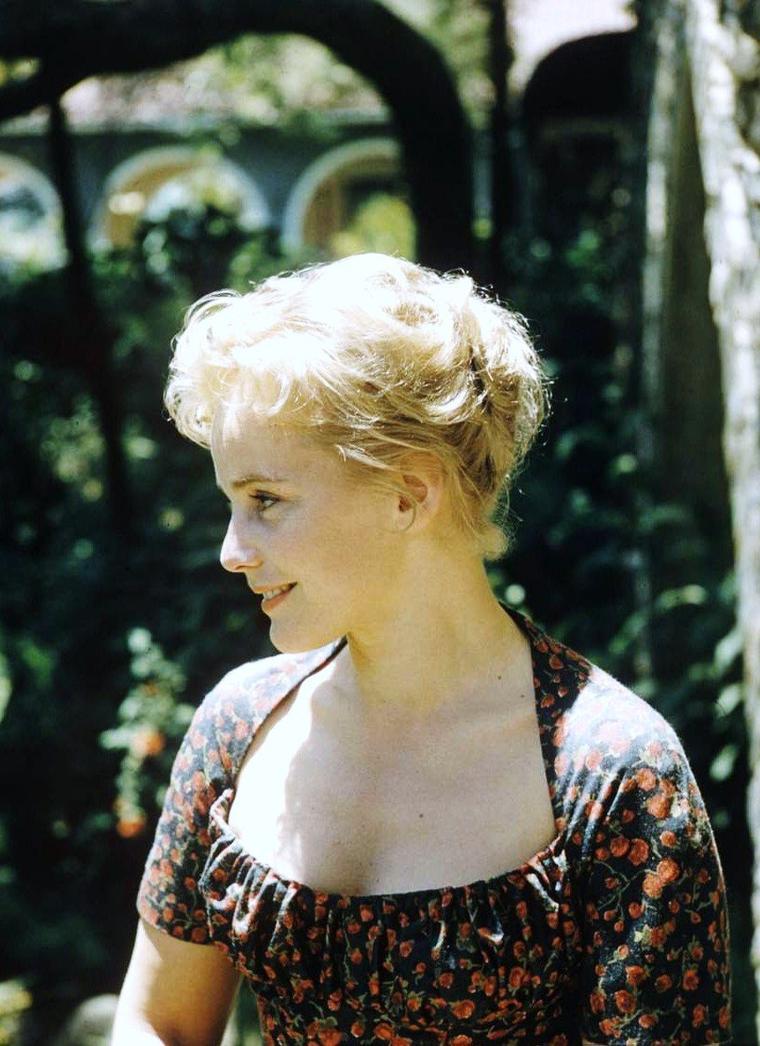 Maria SCHELL, née Margarete SCHELL NOË, est une actrice autrichienne née le 15 janvier 1926 à Vienne et morte le 26 avril 2005 (à 79 ans) à Preitenegg (Autriche). Elle fut une des plus grandes stars du cinéma de langue allemande des années 1950 et 1960.