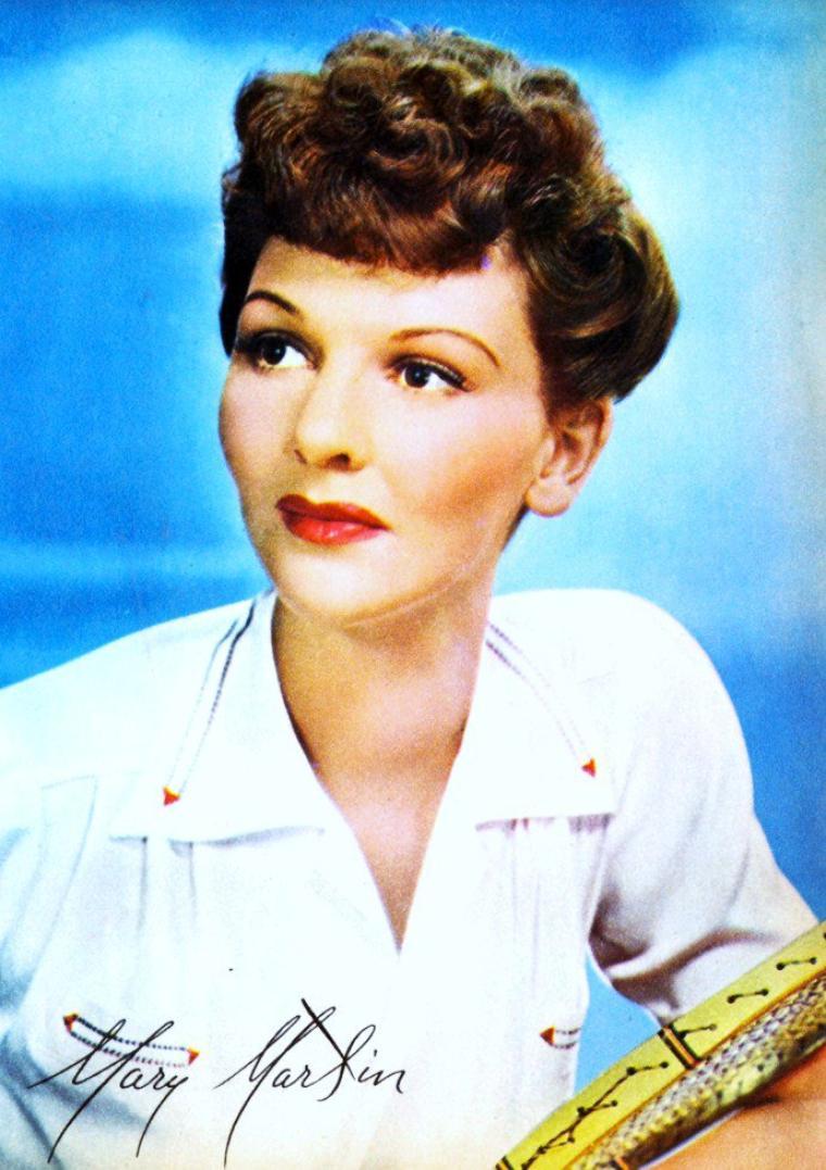 Mary MARTIN est une actrice et chanteuse américaine, née Mary Virginia MARTIN à Weatherford (en) (Texas) le 1er décembre 1913, morte à Rancho Mirage (Californie) le 3 novembre 1990.