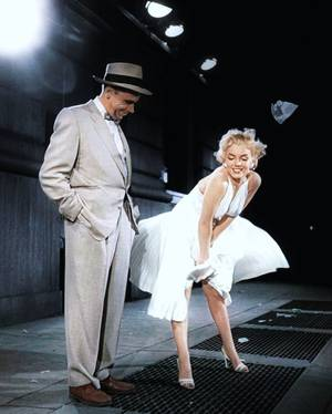 """""""Sept ans de réflexion"""" de Billy WILDER en 1955, film culte pour la scène où la robe de Marilyn MONROE se soulève au dessus de la bouche de métro lorsque celui ci passe."""