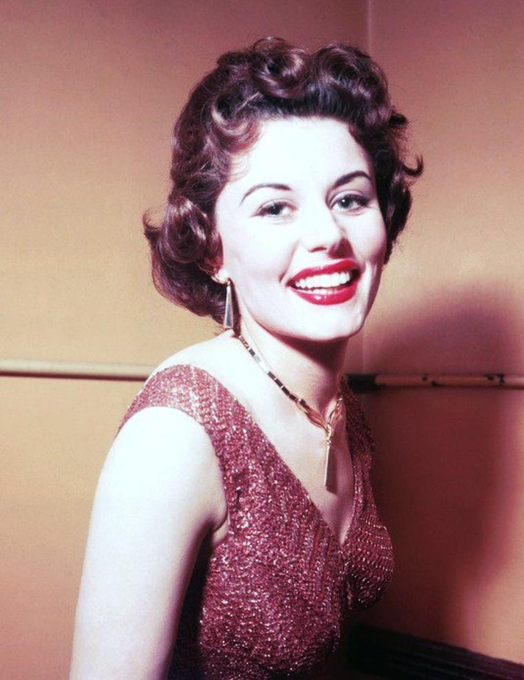 """Eunyce GAYSON est une actrice anglaise née le 17 mars 1931 à Londres. Elle a la particularité, bien que son personnage soit anecdotique, d'être la première """"James Bond girl"""" à apparaitre dans la saga, ainsi que la seule à apparaitre dans deux films sous les traits du même personnage."""