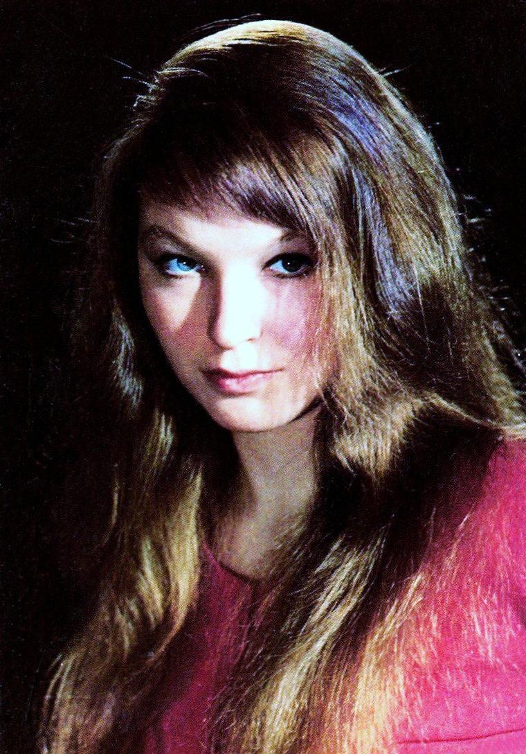 Marina VLADY, au civil Catherine Marina De POLIAKOFF-BAÏDAROFF, est une actrice, chanteuse et écrivain française née le 10 mai 1938 à Clichy (Clichy-la-Garenne), dans la banlieue de Paris.
