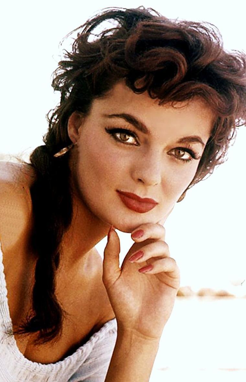 """Marilyn HANOLD (9 Juin 1938, New-York) est une actrice et modèle américain, notamment élue """"playmate du mois"""" en Juin 1959 (photos) par le magazine """"Playboy"""", avec des photos de Bruno BERNARD."""