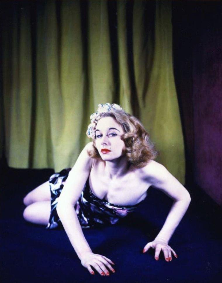Vera RALSTON (créditée d'abord Vera HRUBA RALSTON) est une actrice d'origine tchèque (naturalisée américaine), de son vrai nom Věra Helena HRUBA, née le 12 juillet 1919 à Prague (République tchèque, alors Tchécoslovaquie), morte le 9 février 2003 à Santa Barbara (Californie).