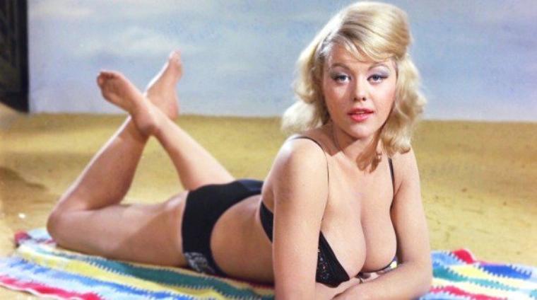 Margaret NOLAN, aussi connue sous le pseudonyme de Vicki KENNEDY, est une actrice-modèle anglais, née le 29 Octobre 1948.