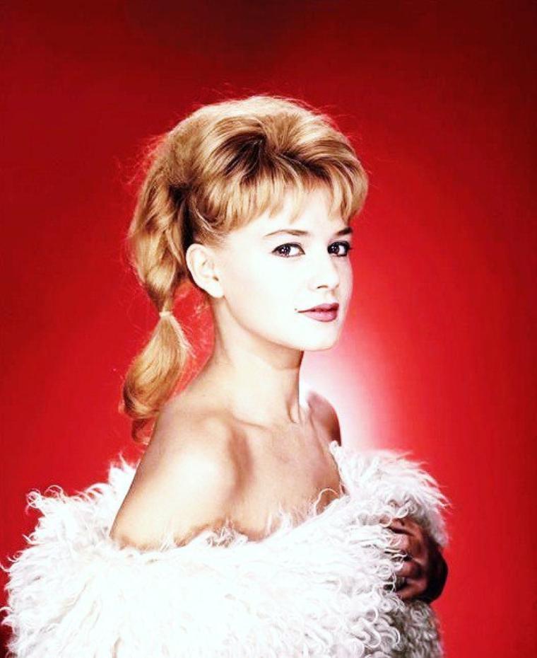 Sophie DAUMIER, de son vrai nom Élisabeth Simone Juliette Clémence HUGON, est une comédienne française née le 24 novembre 1934 à Boulogne-sur-Mer et morte le 1er janvier 2004 à Paris de la maladie de Huntington.