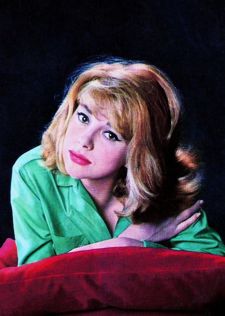 Mireille DARC, de son nom patronymique Mireille AIGROZ, est une actrice et réalisatrice française, d'origine suisse (Combremont-le-Grand, canton de vaud), née le 15 mai 1938 à Toulon (Var).