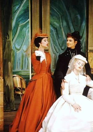 """IMAGES RARES : Vivien LEIGH et Mary URE dans la pièce """"Duel of the angels"""" en 1958."""