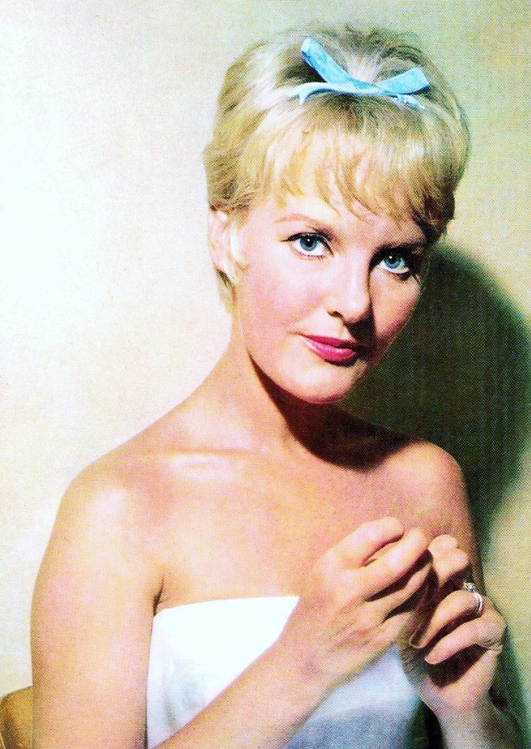 Petula CLARK est une chanteuse, compositrice et actrice britannique née le 15 novembre 1932 à Epsom (Surrey).