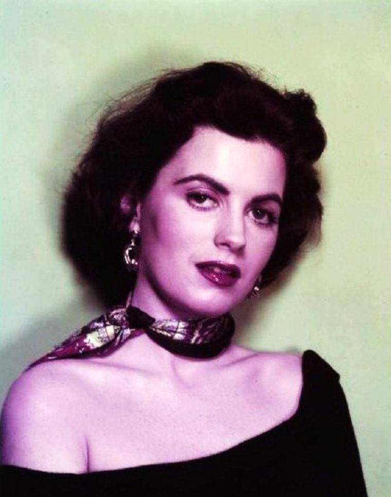 """Faith DOMERGUE née à La Nouvelle-Orléans (États-Unis) le 16 juin 1924, décédée le 4  avril 1999 à Santa Barbara, est une actrice américaine de cinéma et de séries télévisées. Elle a été une actrice populaire du cinéma de science-fiction dans les années 1950-1960, apparaissant notamment dans """"Les Survivants de l'infini"""", """"Le Monstre vient de la mer"""" (1955) ou encore """"Voyage sur la planète préhistorique"""" (1965)."""