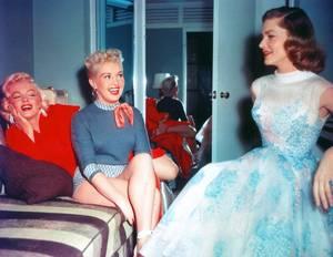 """TRIO DE CHARME (Marilyn MONROE, Betty GRABLE et Lauren BACALL) dans le film """"How to marry a millionaire en 1953."""