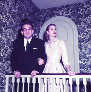 """DESTIN : Quand une Star d'Hollywood devient Princesse / Histoire / Grace KELLY souhaite épouser le comte Oleg CASSINI, le couturier de Jackie KENNEDY, mais celui-ci étant plus âgé qu'elle et plusieurs fois divorcé, les parents de Grace s'opposent à cette union. À l'instigation de """"Paris Match"""", le prince RAINIER et l'actrice se rencontrent pour une séance de photos au palais princier en mai 1955 en plein festival de Cannes. Par le biais du père TUCKER, un Irlandais de Philadelphie, confesseur du prince, RAINIER est invité dans la famille KELLY pour les fêtes de fin d'année. C'est durant ce séjour que Grace et RAINIER s'éprennent l'un de l'autre et annoncent leurs fiançailles. Elle accepte de renoncer à sa carrière cinématographique après la comédie musicale """"Haute Société"""" (1956), comédie chantée avec Bing CROSBY et Frank SINATRA, qui deviendra l'ami de la famille GRIMALDI et sera le parrain de Stéphanie de Monaco. La relation entre Grace et RAINIER provoque de nombreuses rumeurs. La presse à sensation prétend que non seulement le prince aime les belles actrices (comme la Française Gisèle PASCAL avant Grace), mais qu'il s'assure en plus de leur fertilité pour assurer un héritier à la principauté. Après le mariage civil célébré le 18 avril 1956, le mariage religieux se déroule en la cathédrale de Monaco le 19 avril 1956 ; il est retransmis dans le monde entier. De ce mariage naissent trois enfants : Caroline Louise Marguerite, née le 23 janvier 1957 / Albert Alexandre Louis Pierre, « prince héréditaire » et marquis des Baux, né le 14 mars 1958, devenu prince régnant de Monaco le 6 avril 2005, sous le nom d'Albert II / Stéphanie Marie Élisabeth, née le 1er février 1965. Supportrice de l'AS Monaco, la princesse imagine le maillot de l'ASM en 1960, et cette même année, l'équipe remporte le championnat, malgré les banderoles des supporters adverses proclamant : « Monaco a fini de régner » et « Pas de grâce pour Monaco »."""