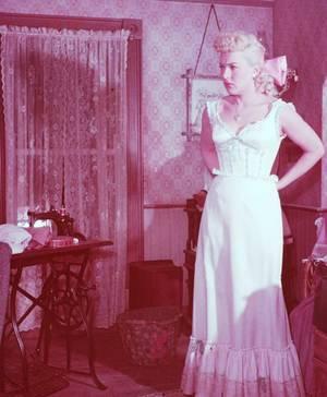 "1949 : Betty GRABLE et Olga San JUAN jouent dans ""Beautiful blonde from bashful bend"" (photos John FLOREA)."