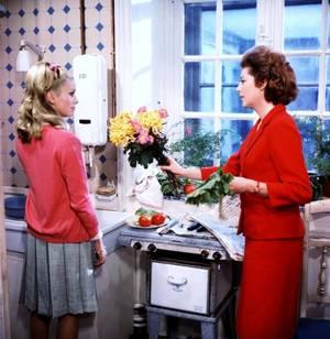 """Catherine DENEUVE et Anne VERNON jouent dans """"Les Parapluies de Cherbourg"""", film musical franco-allemand de Jacques DEMY, sorti en 1964. C'est le premier des deux films entièrement chantés de Jacques DEMY, le second étant """"Une chambre en ville"""" (1982)."""