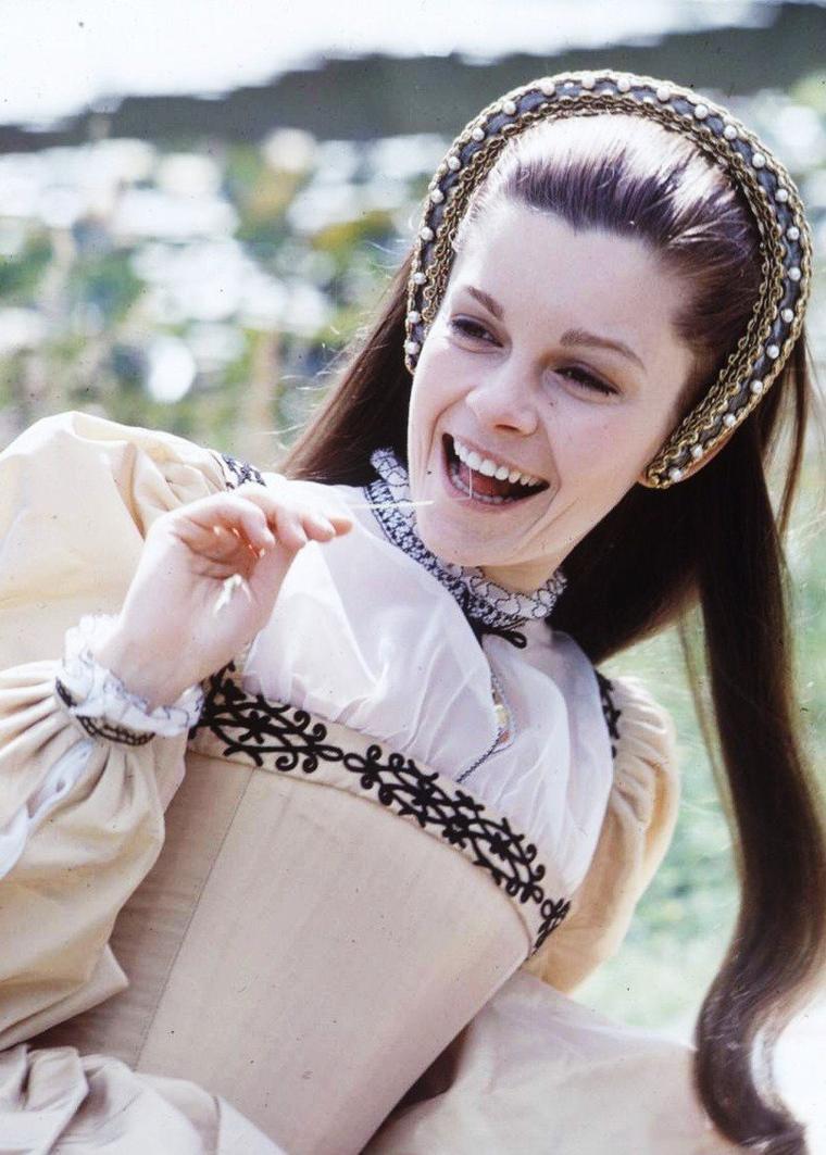 """1969 / Visite surprise d'Elizabeth TAYLOR lors du tournage des extérieurs du film """"Anne of the thousand days"""" où Richard BURTON donne la réplique à la jeune Geneviève BUJOLD."""