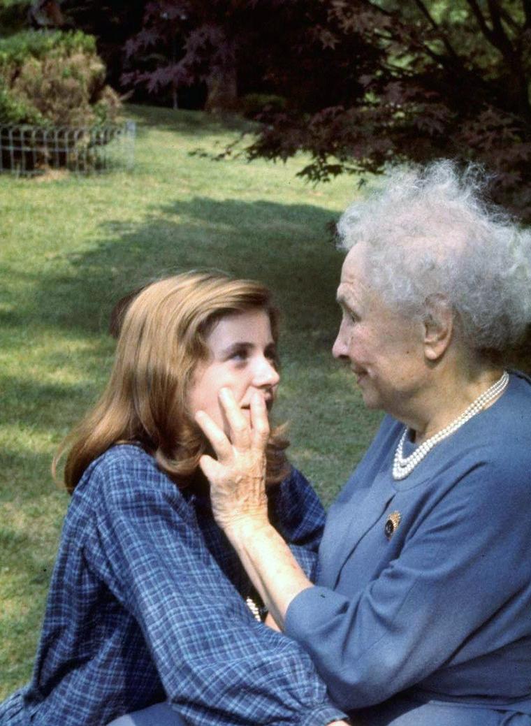 """1961 / Quand la jeune Patty DUKE (15 ans) rencontre Helen KELLER (81 ans) pour les besoins de son rôle dans le film """"The miracle worker"""", d'après une histoire vraie..."""