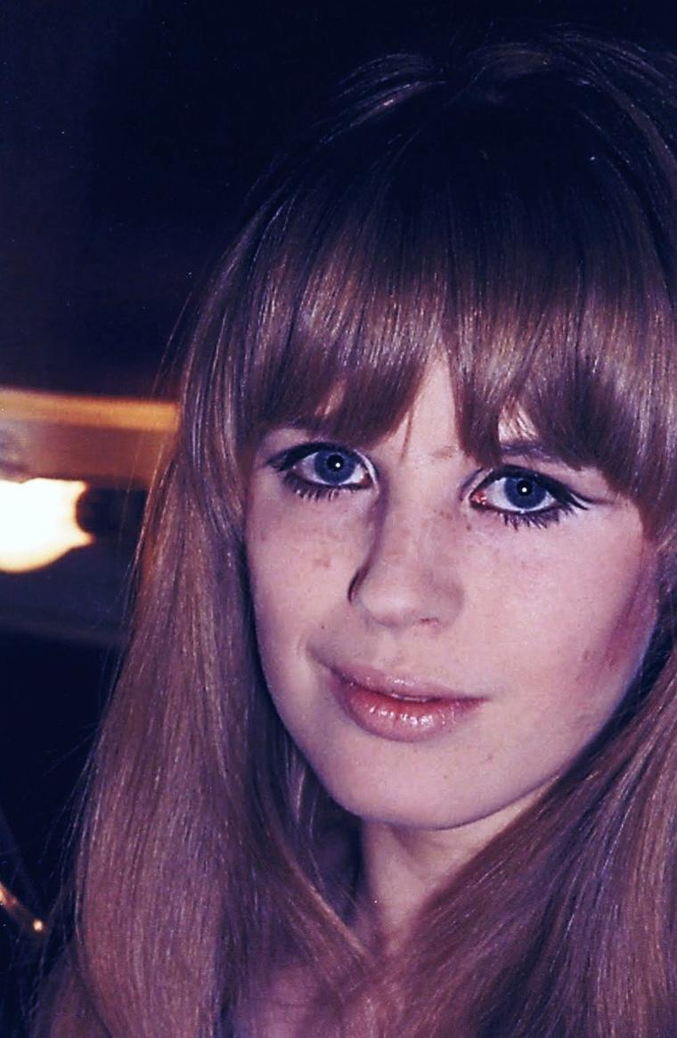 Marianne FAITHFULL (née le 29 décembre 1946 à Londres) est une chanteuse de rock et actrice anglaise.