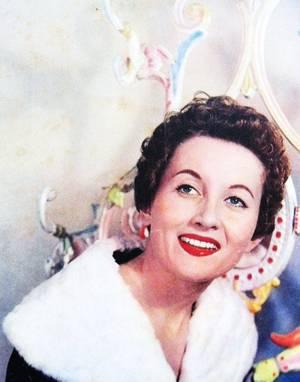 """Accessoire vestimentaire incontournable pour toutes STARS qui se respectent : L'Etole de vison / Longue écharpe de fourrure couvrant les épaules, portée par les femmes. """"Des morceaux nus de femmes luisaient dans le repos, des étoles glissaient sur des reins qui n'étaient pas faits pour le grand air, des épaules s'alanguissaient"""" (ARAGON, """"Beaux quartiers"""",1936) (de haut en bas) Gene TIERNEY / Jayne MANSFIELD / Marie DAEMS / Sophia LOREN / Jane RUSSELL / Marilyn MONROE / Elizabeth TAYLOR / Grace KELLY"""