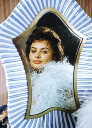 """Miroir, mon beau miroir..."" (de haut en bas) Ingrid BERGMAN / Paulette GODDARD / Mia FARROW / Romy SCHNEIDER / Sophia LOREN / Ava GARDNER / Marilyn MONROE / Audrey HEPBURN"