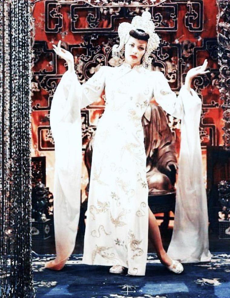"""IMMORTELLE : Yvonne De CARLO, dont Jean TULARD souligne le culte dans son Dictionnaire des acteurs, s'est imposée dans les années 40 et 50 à la fois comme une bombe sexuelle façon Rita HAYWORTH et Ava GARDNER et comme un symbole féministe à la façon de Maureen O'HARA ; elle est aussi une des plus grandes beautés exotiques de l'époque, suivant de peu Hedy LAMARR, Gene TIERNEY, Linda DARNELL et Debra PAGET... Cependant, si son tempérament est indiscutable, l'histoire du cinéma ne retient, en général, de sa longue filmographie que les films noirs de Jules DASSIN et Robert SIODMAK, et les films d'aventures de Raoul WALSH, surtout """"L'Esclave libre"""". Star, elle le fut, populaire avant tout. Robert PARRISH, Cecil B. DeMILLE, Mario ZAMPI, William DIETERLE, Allan DWAN, Tay GARNETT pouvaient travailler en confiance, et l'actrice, non contente d'être une des beautés les plus spectaculaires de l'écran (entre Jennifer JONES et Chelo ALONSO) pouvait se mesurer à n'importe quelle star masculine, dans tous les genres. Pourtant, elle eut peu de co-vedettes masculines de premier plan."""