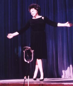 """POSTERITE / Judy GARLAND est devenue une icône dans la communauté homosexuelle / Certains commentateurs ont attribué aux funérailles de Judy GARLAND une des causes des émeutes de Stonewall : lorsque la police est venue arrêter, comme tous les lundis, des habitués du bar (selon sa fille, Liza MINNELLI, le 27 juin 2009 sur la Marche des Fiertés de Paris, dans un message retransmis sur LCI) / Elle s'est mariée 5 fois : avec David ROSE, puis avec le réalisateur Vincente MINNELLI dont elle eut une fille, l'actrice Liza MINNELLI née en 1946. Elle se mariera encore trois fois par la suite et elle eut une fille Lorna LUFT née en 1952 ainsi qu'un fils,Joey LUFT, né le 27 mars 1955 / Un musée lui est consacré dans sa ville natale / Elle fut nommée par """"l'American Film Institute"""" huitième meilleure actrice de légende du cinéma."""