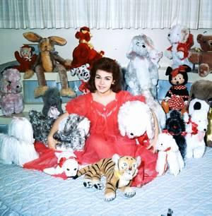 """Remember Annette FUNICELLO qui fit partie de la première émission du """"Mickey Mouse-club"""" / L'émission """"The Mickey Mouse Club"""" est la seconde émission produite par Walt DISNEY après celle lancée en 1954 sous le nom de """"Disneyland"""", rebaptisée ensuite """"Le Monde merveilleux de Disney"""". Les deux séries avaient pour but d'aider à financer et à promouvoir le parc Disneyland. Mais comme Walt DISNEY était trop occupé par les différents projets qu'il menait, il confia la conception et le développement de cette émission à Bill WALSH aidé au début par Hal ADELQUIST. Le résultat fut une émission de variété à destination des enfants comprenant des séquences régulièrement comme un journal, un dessin animé, un épisode d'une série, des scénettes et des chansons. Une innovation de l'émission a été la systématisation d'une chanson de présentation des participants (souvent une partie) nommé """"Mouseketeer Roll Call"""". L'émission a été testée dans la zone de Philadelphie avant sa diffusion sur le réseau d'ABC. La première de cette émission a eu lieu le lundi 3 octobre 1955 sur ABC, comme un programme de semaine, du lundi au vendredi, avec 24 enfants. 15 enfants supplémentaires ont été """"ajoutés"""" lors de la seconde saison portant le total à 393. L'émission avait aussi un but éducatif et social, les jeunes spectateurs découvraient au travers de situation de tous les jours des moyens de développer leur sens commun et le respect des plus âgés. La musique du générique, baptisée """"The Mickey Mouse March"""" a été écrite et composée par Jimmie DODD. Elle était reprise en ralentissant le dernier couplet à la fin de l'émission. DODD écrivit aussi de nombreuses chansons pour l'émission et les séries. Au total l'émission comprend 260 épisodes d'un heures et 130 d'une demi-heure, diffusés sur ABC jusqu'au 25 septembre 1959 puis en syndication de 1962 à 1965, et à nouveau à partir de 1975. C'est en raison de la popularité de cette rediffusion de 1975 qu'une nouvelle version de l'émission a été entamée dans"""